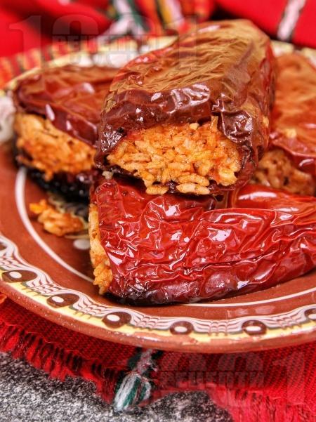 Пълнени постни сушени червени чушки с ориз на фурна - снимка на рецептата